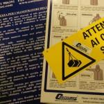 Cartelli con avvisi per la sicurezza in presenza di carriponte